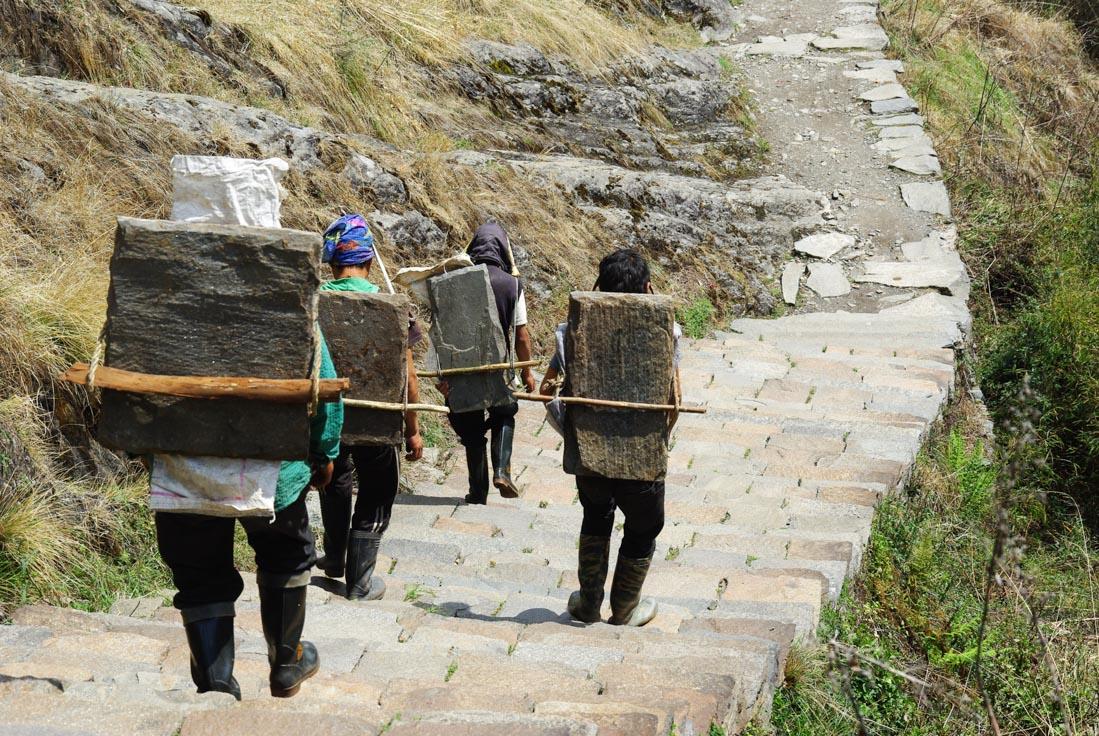 porteurs participant à la construction des escaliers - trek du sanctuaire des Annapurnas
