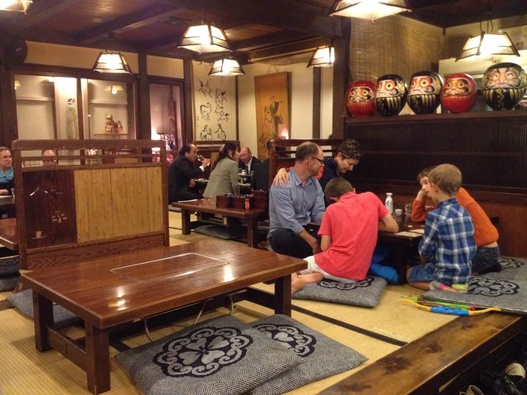 intérieur restaurant karakuri à takayama