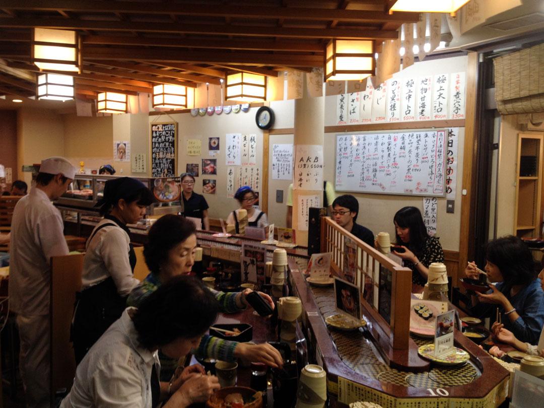 bar à sushis dans le marché aux poissons de Kanazawa