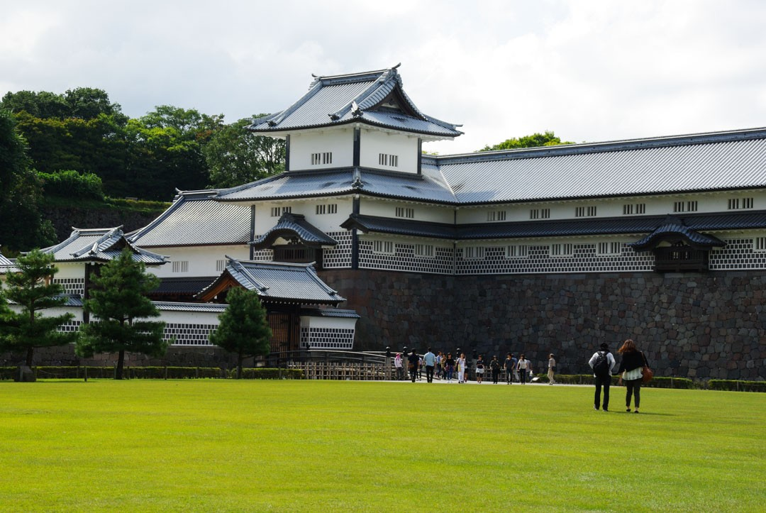 grande pelouse devant le chateau de Kanazawa