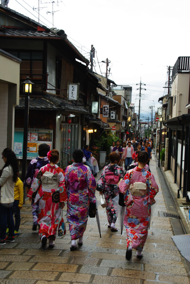 touristes se baladant en kimono à Gion