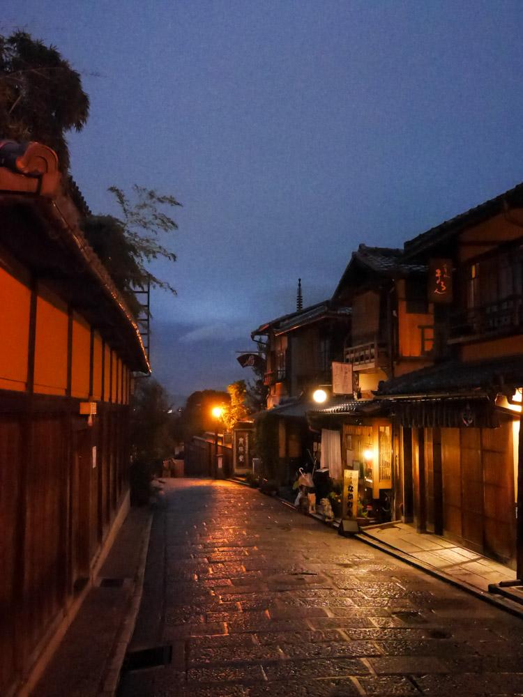 les rues de Gion à la tombée de la nuit