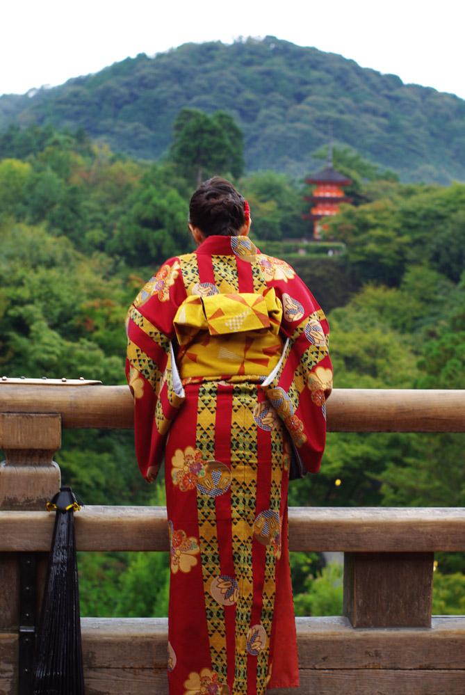 jeune femme en kimono avec une pagode en arrière plan
