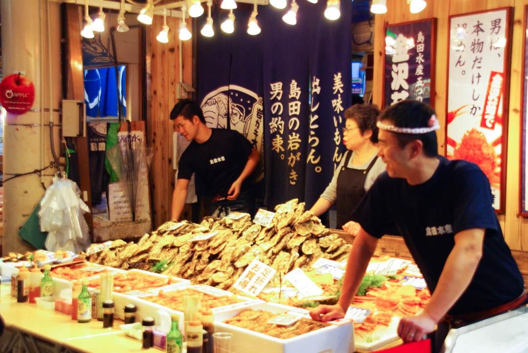 vendeurs de poissons du marché Omicho à Kanazawa