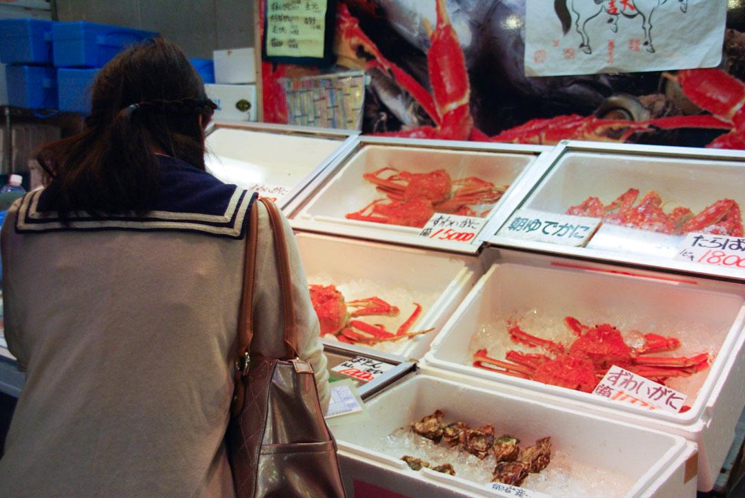 une client au marché aux poissons Omicho de Kanazawa