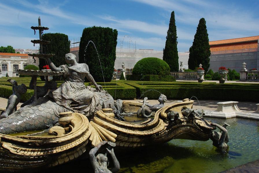 Fontaine dans le jardin du palais de Queluz