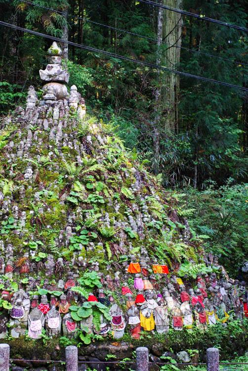 tas de statues - cimetière Okuno-in - Koya-san