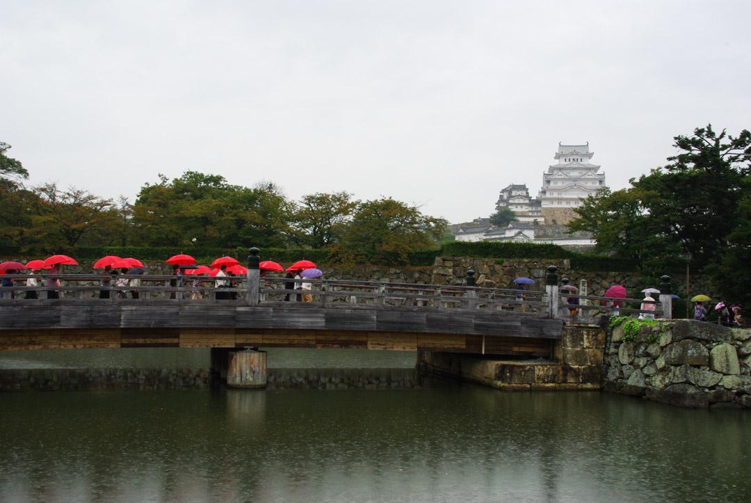 le château d'Himeji sous la pluie