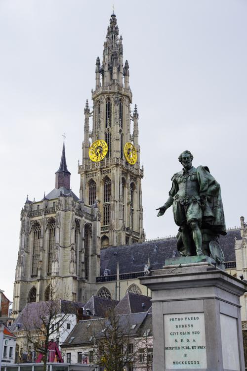Statue de Rubens devant la cathédrale d'Anvers