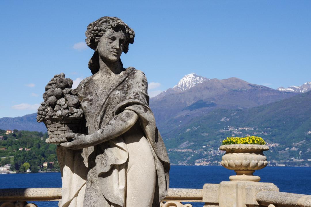 Statue féminine du jardin de la villa del Balbianello avec une vue sur les Alpes en arrière plan