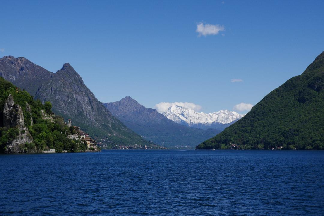 Le Lac de Lugano avec les alpes enneigées en arrière plan