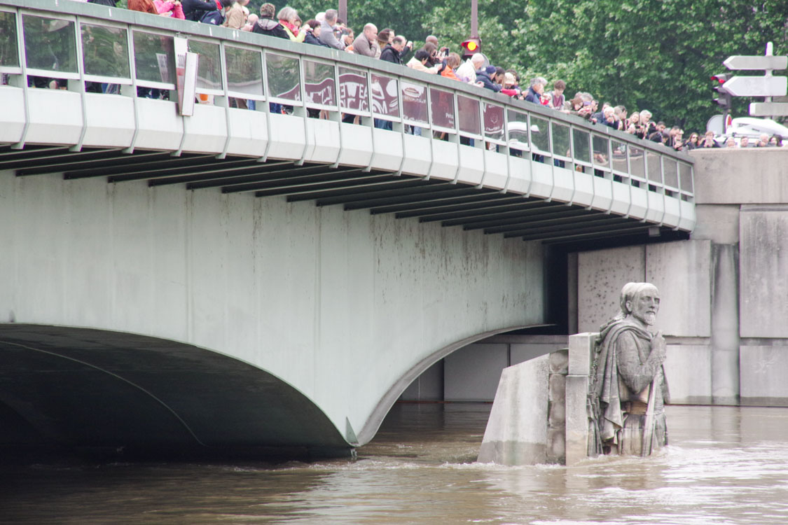 Le Zouave du pont de l'Alma lors de la crue de juin 2016