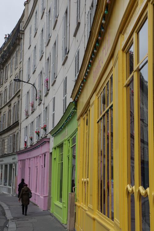 Boutiques colorées au bord du Canal Saint Martin