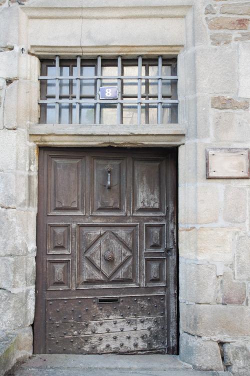 belle porte en bois - Uzerche