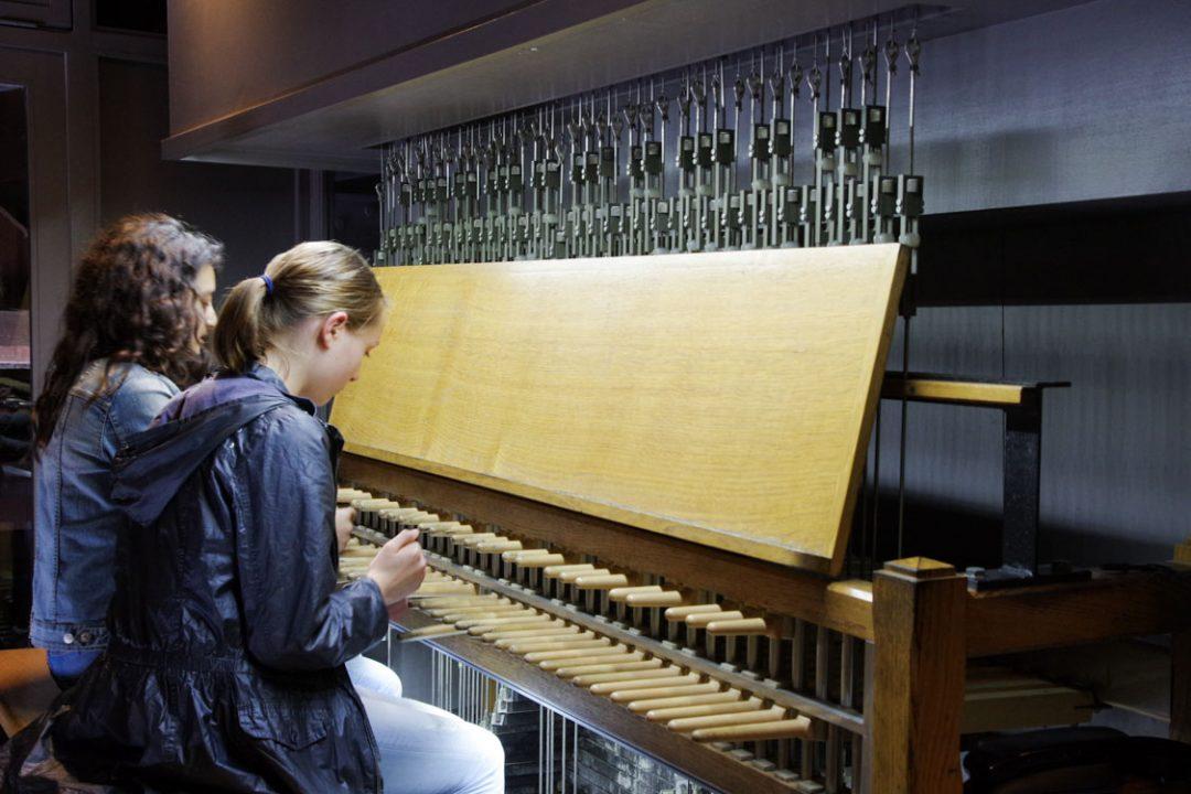Jeunes filles jouant du carillon dans le beffroi de Douai