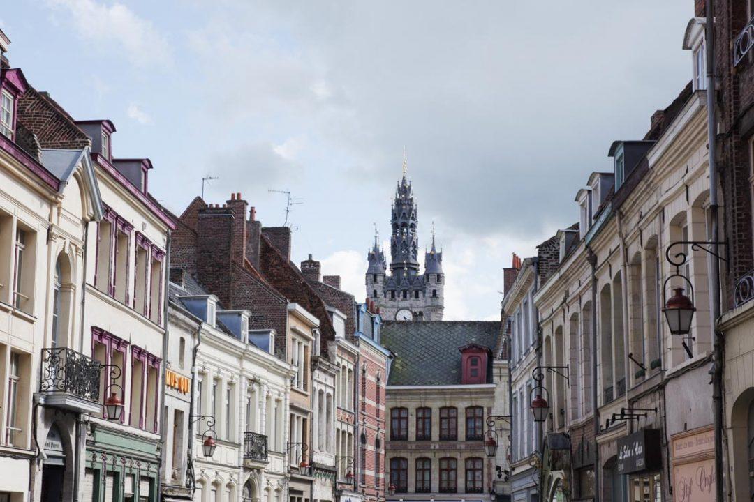 Le beffroi dépassant au dessus des toits de Douai