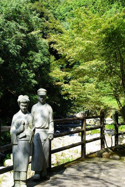 sculpture représentant un couple de japonais en costume traditionnel