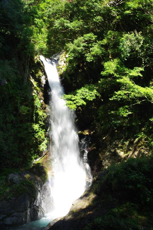 Une cascade de la péninsule d'Izu Hanto
