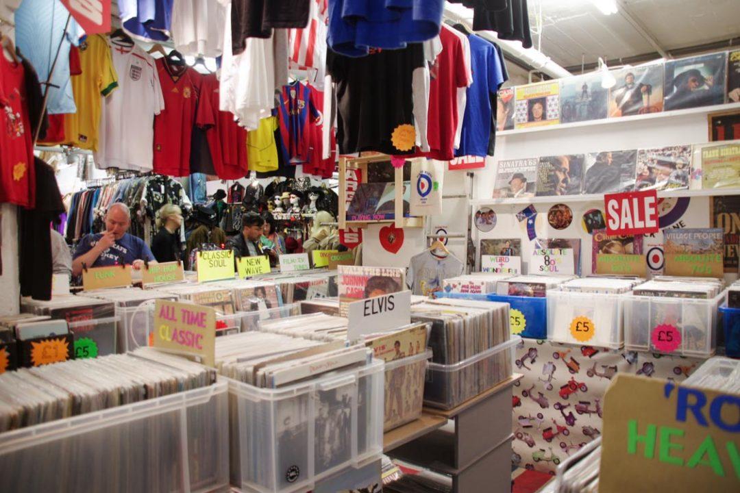 Marchand de vinyles à Londres
