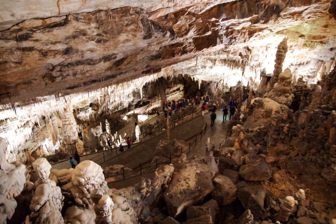 intérieur de la grotte de Postojna