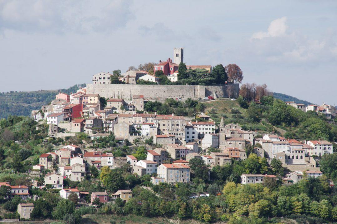 Le village perché de Motovun dans l'Istrie - Croatie