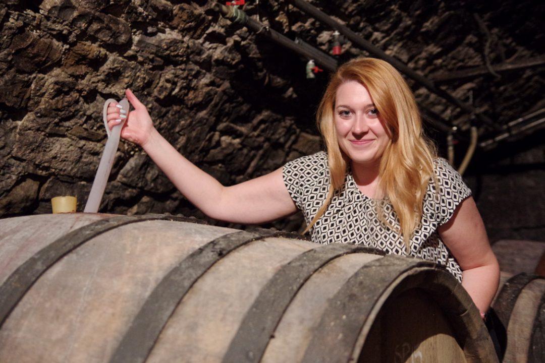 Anja dans la cave de vin Zorz