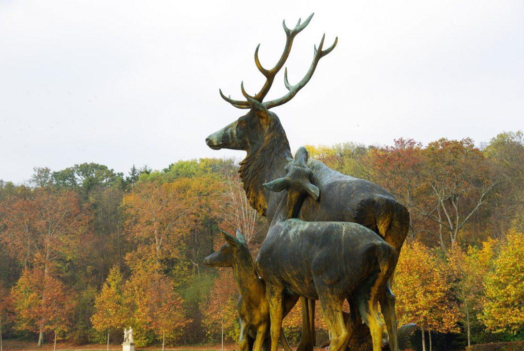 Statue de cerfs dans le parc de Sceaux à l'automne