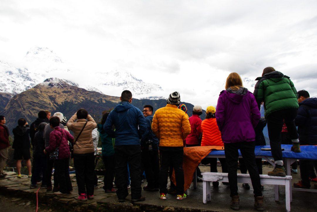 les touristes à Tadapani pour vois les montagnes de l'Annapurnas