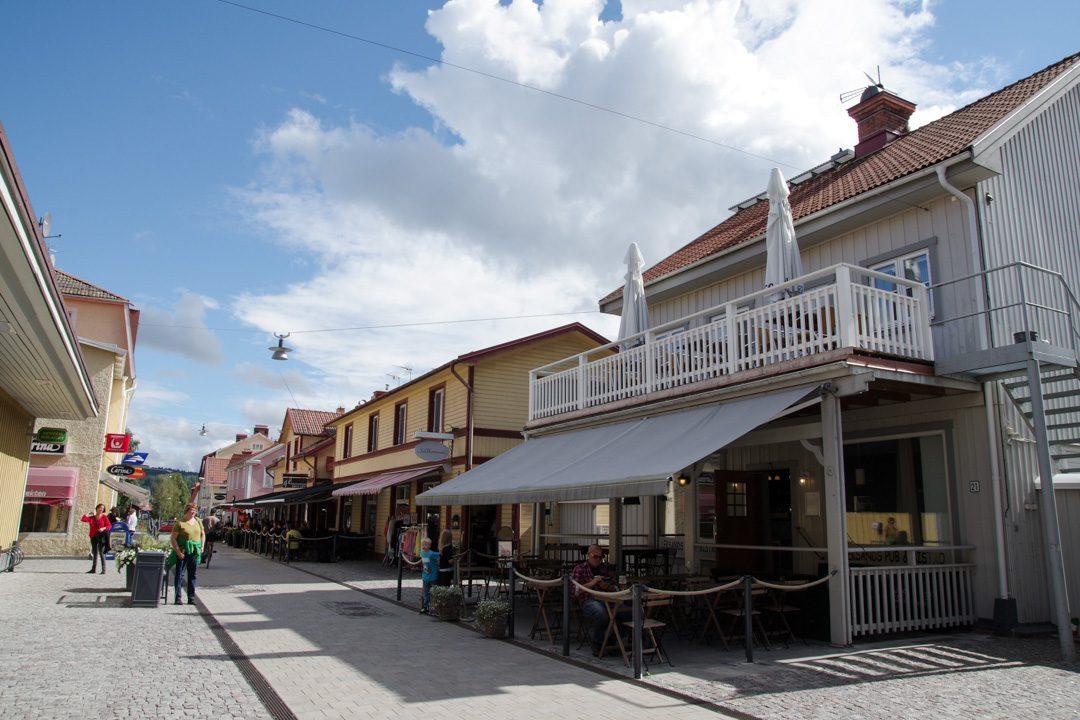 rue principale commerçante du centre de Leksand