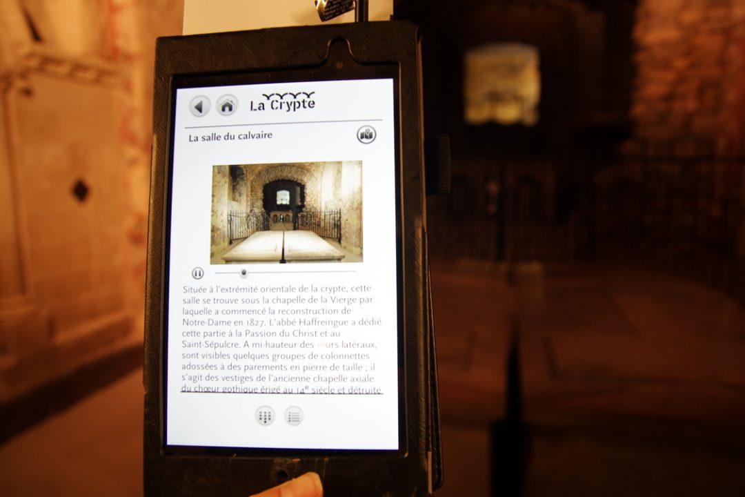 tablette audioguide pour visiter la crypte de Boulogne sur Mer