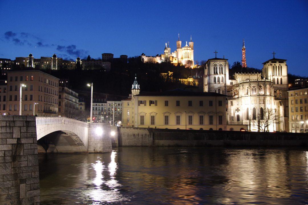 Vue sur le vieux Lyon de nuit depuis les quais de la Saone
