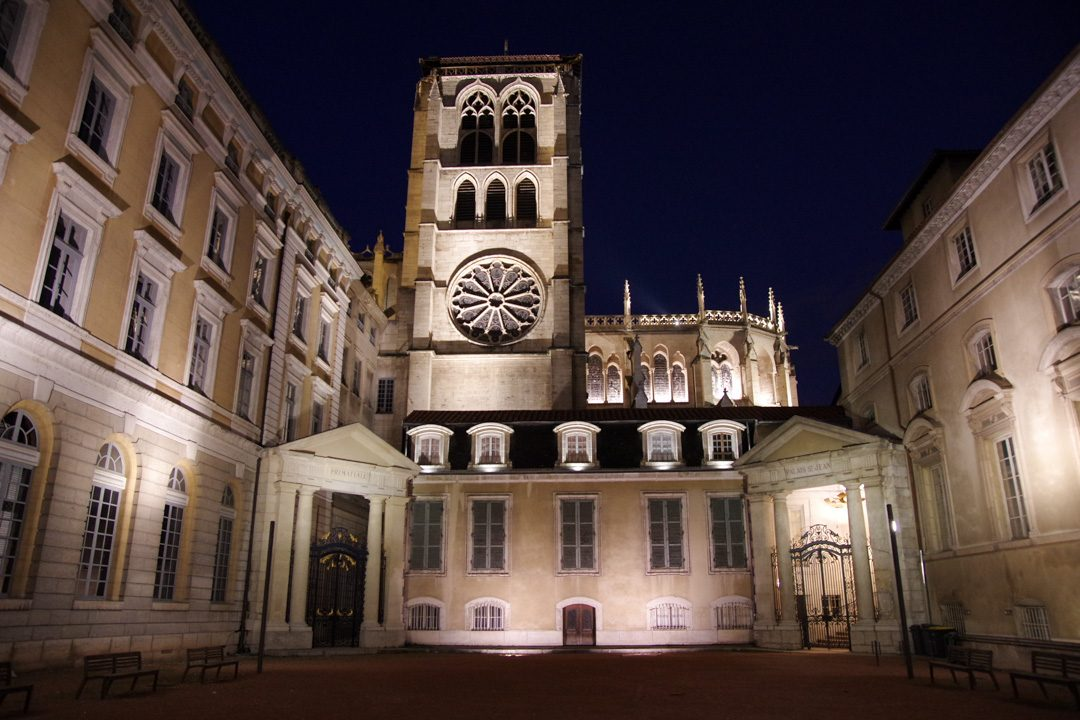 Vue sur le côté de la cathédrale Saint Jean - Lyon