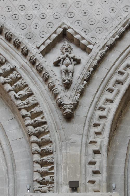 détail de l'architecture de la cathédrale de Bayeux : un petit personnage qui se sépare la barbe en deux