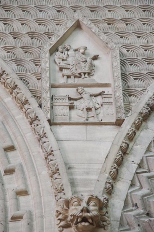 détail de l'architecture de la cathédrale de Bayeux reprenant un motif de la tapisserie