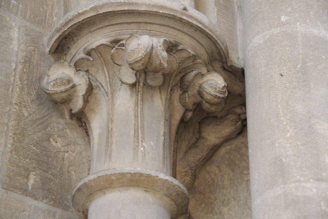 détail de l'architecture de la cathédrale de Bayeux : un petit pied bien caché