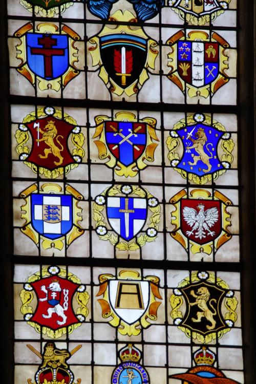 Vitraux de la cathédrale de Bayeux représentant les bataillons du débarquement de Normandie