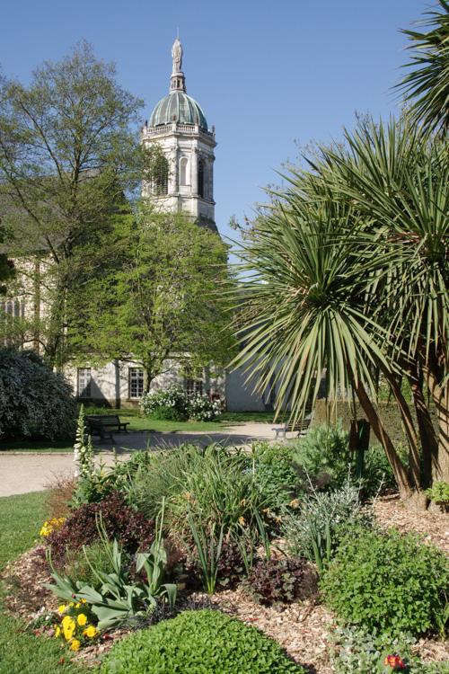 Le Parc Thabor avec l'eglise sainte melaine en arrière plan