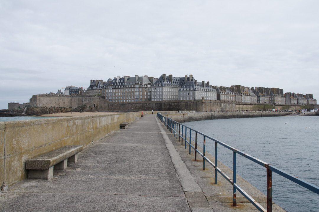 Saint Malo intra-muros vu depuis la jetée du Mole