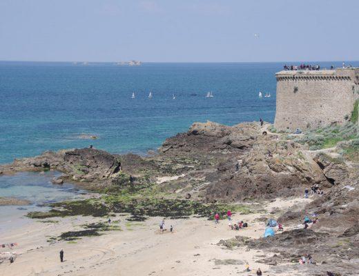 Vue sur la Tour Bidouane sur les remparts de Saint Malo