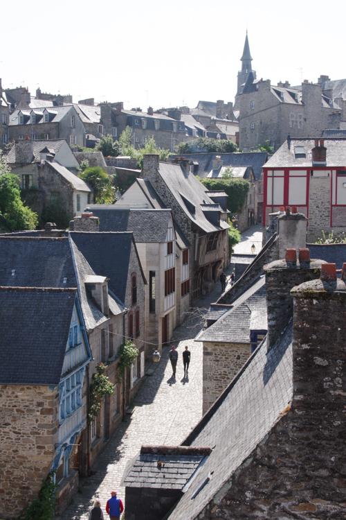 Rue Jerzual vue des remparts de Dinan