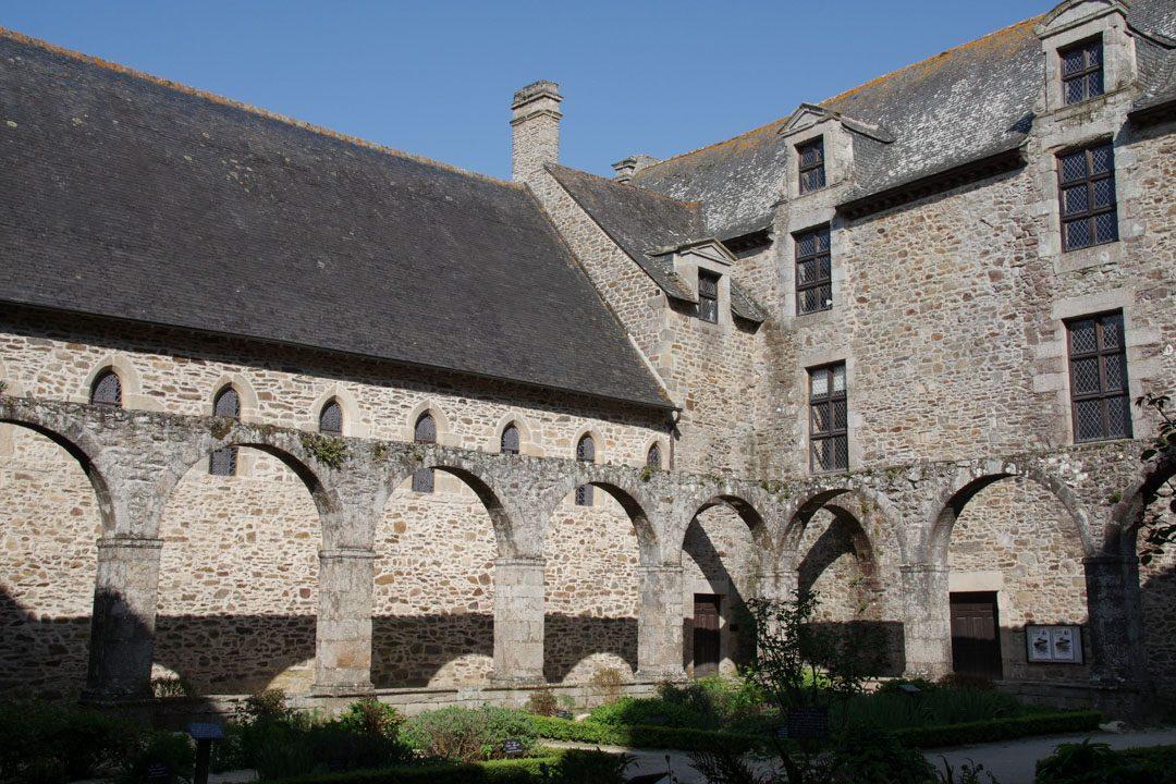 cloître de Abbaye Saint Magloire de Lehon près de Dinan