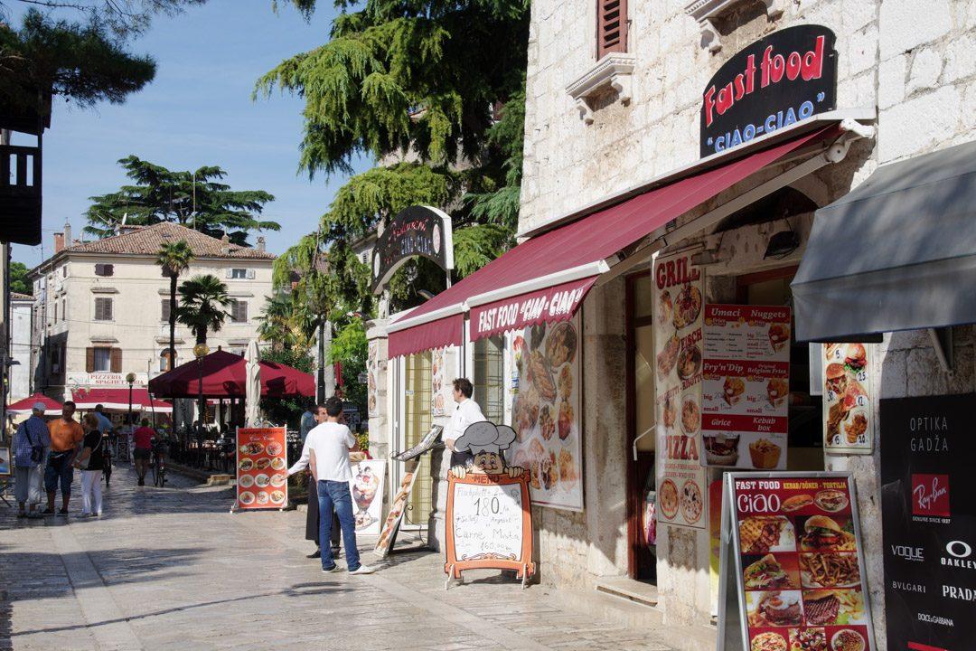 commerce dans la rue principale de Porec