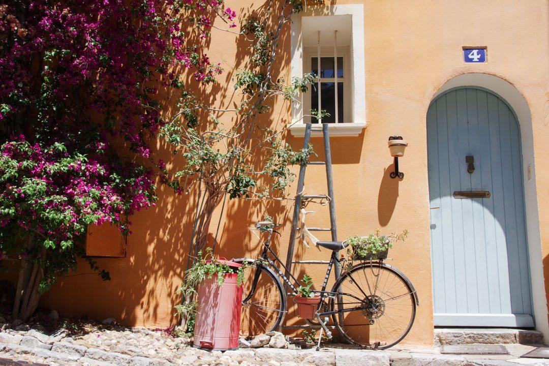 maison fleurie et colorée dans le centre ville de Hyères
