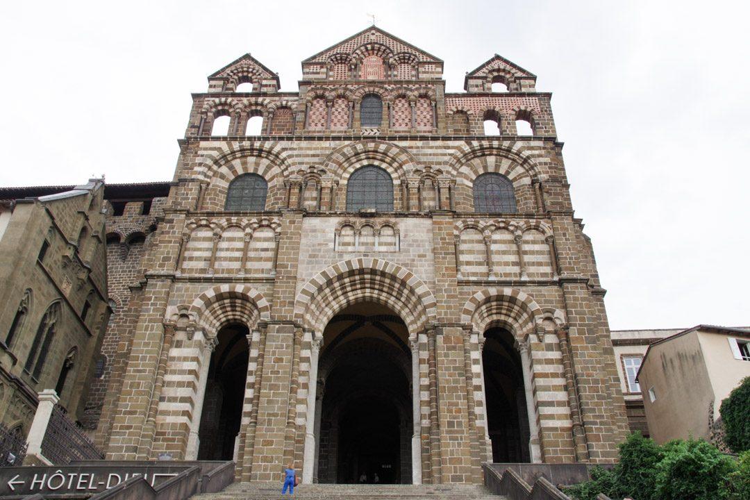 Facade principale de la cathédrale du puy en velay