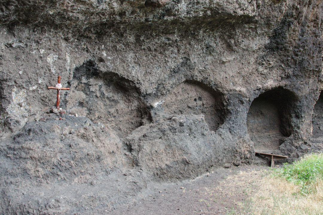 abris pour les pélerins taillés dans la roche