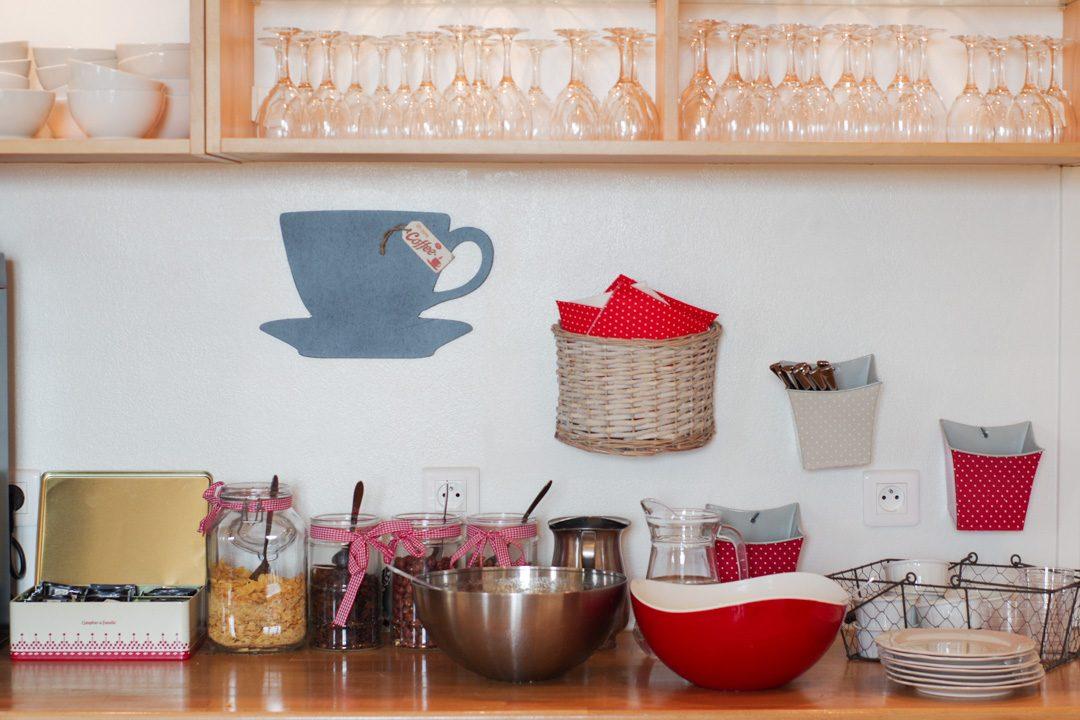 Buffet du petit déjeuner au gite La Cabourne à Saint Privat d'Allier