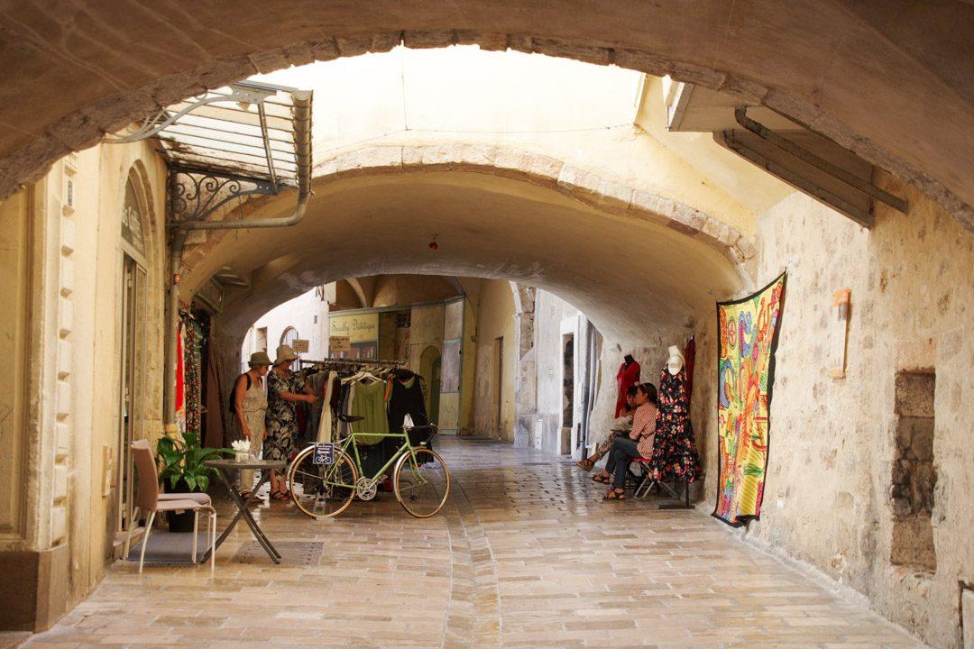 Rue des Proches dans le centre-ville de Hyères