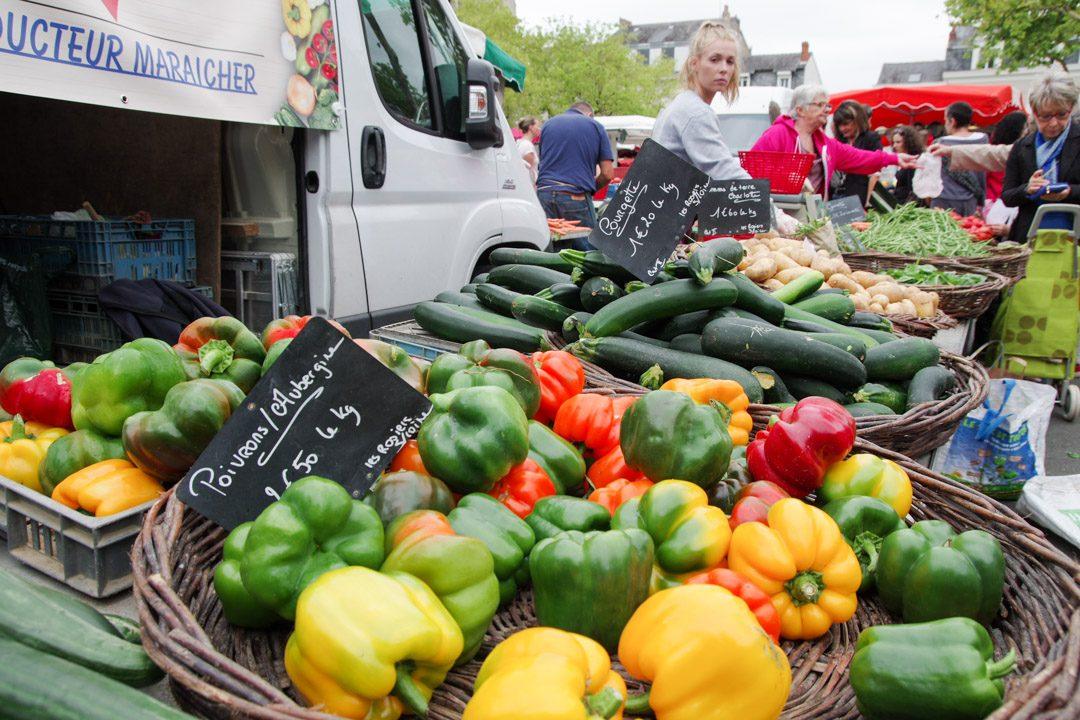 Etal de légumes au marché Lafayette à Angers