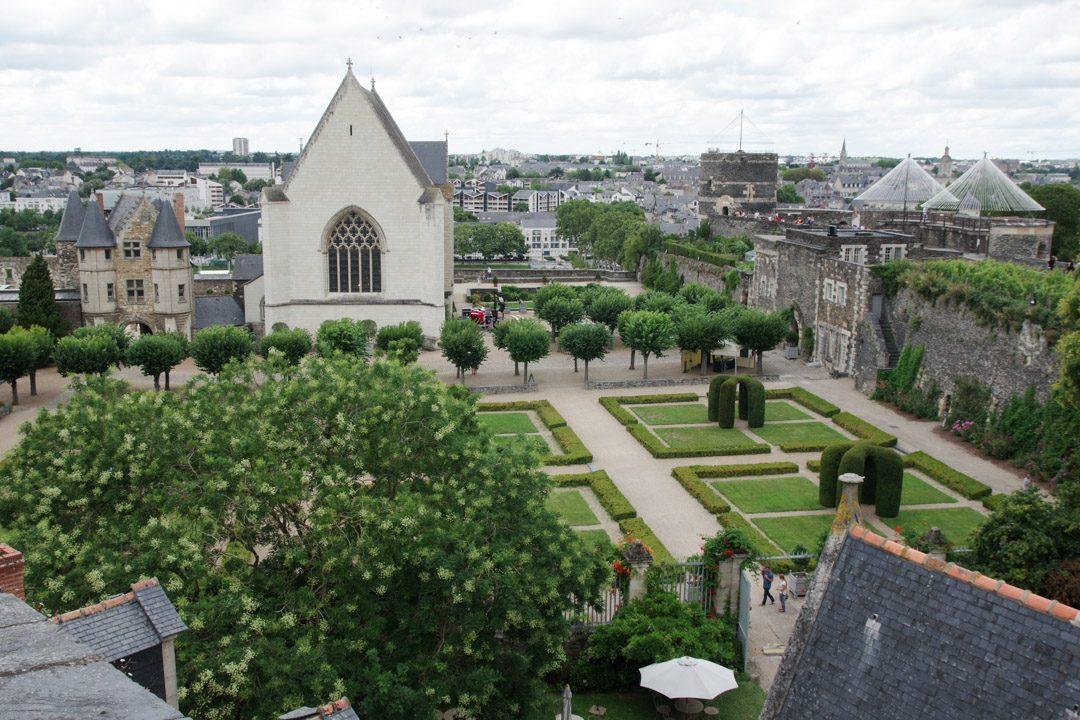 Vue depuis les remparts sur la cour du chateau d'Angers
