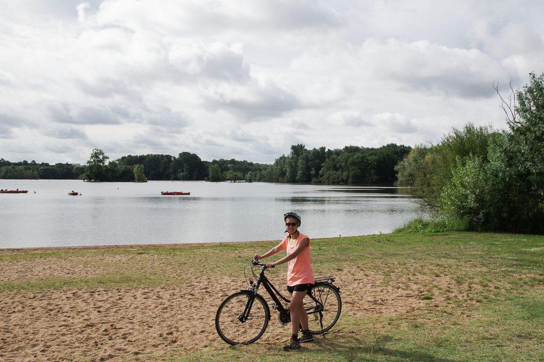 à velo au bord du lac du maine